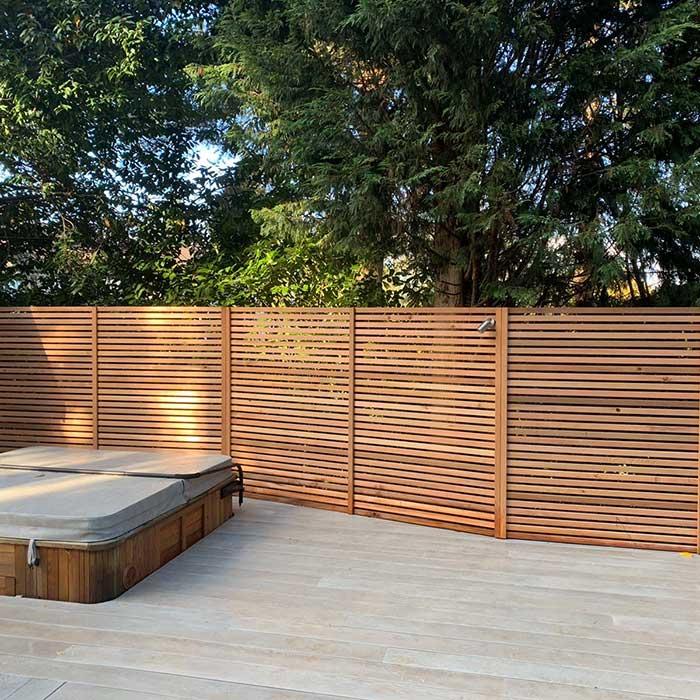 smoked-oak-millboard-decking-cedar-trellis-glass-balustrade1