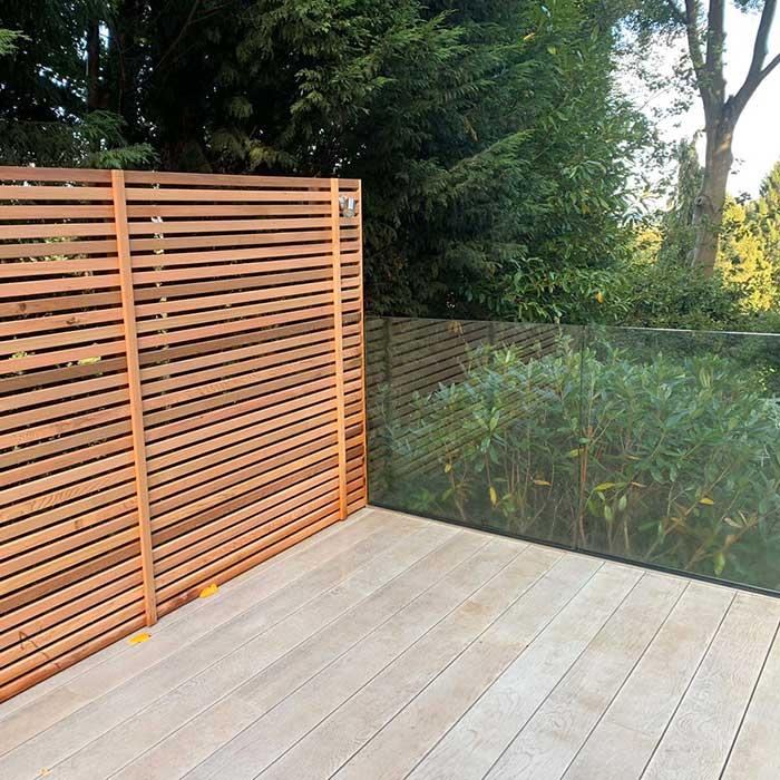 smoked-oak-millboard-decking-cedar-trellis-glass-balustrade10