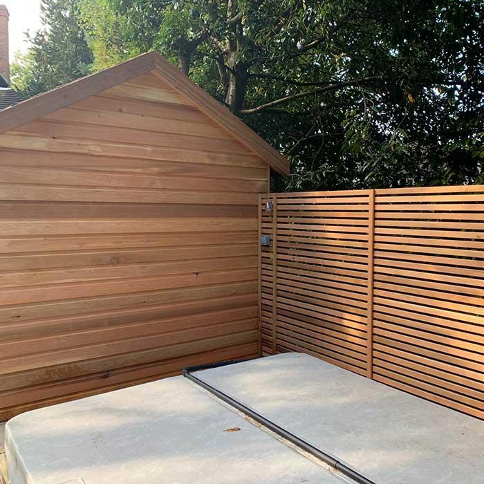 smoked-oak-millboard-decking-cedar-trellis-glass-balustrade11