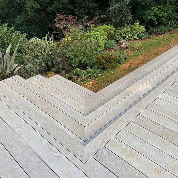 smoked-oak-millboard-decking-cedar-trellis-glass-balustrade3