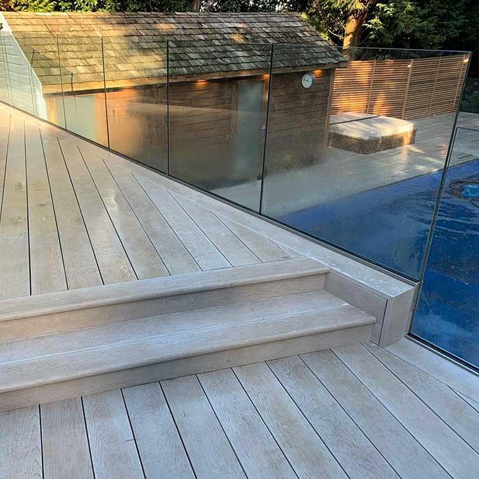 smoked-oak-millboard-decking-cedar-trellis-glass-balustrade6
