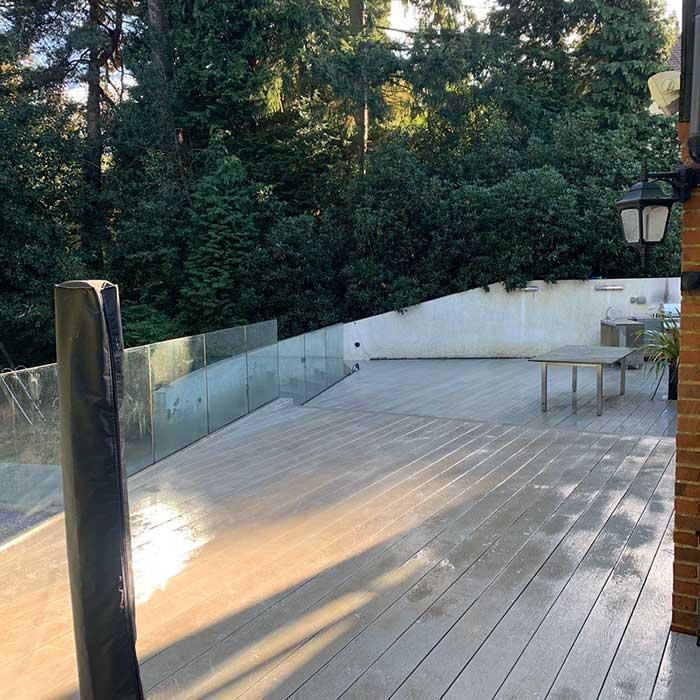smoked-oak-millboard-decking-cedar-trellis-glass-balustrade8
