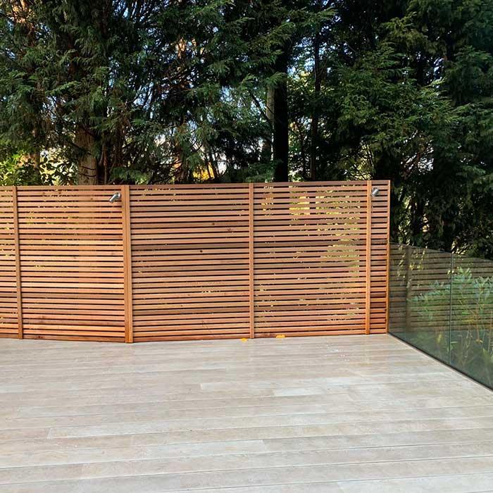 smoked-oak-millboard-decking-cedar-trellis-glass-balustrade9